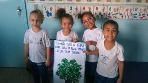 Crianças apresentando trabalhinho